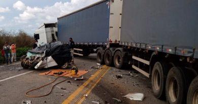 Acidente entre carro e carreta deixa quatro mortos