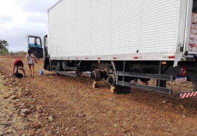 Caminhão é roubado em pátio de posto, é encontrado sem os pneus; casal é levado de refém